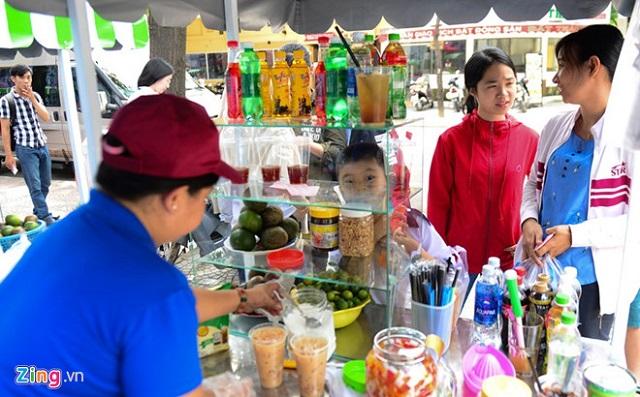 Theo Nghị định 115/2018, người bán thức ăn đường phố không sử dụng găng tay khi tiếp xúc trực tiếp với thực phẩm chín, dùng ngay bị phạt từ 0,5-1 triệu đồng