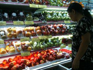 Người tiêu dùng không biết chất lượng hoa quả như thế nào ngay trong những siêu thị (ảnh minh họa)